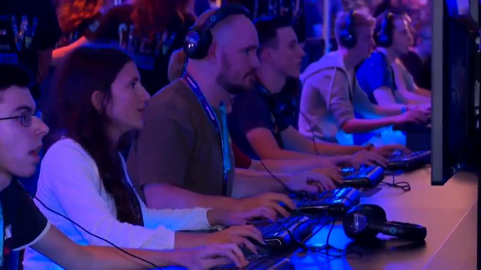 Microsoft, Sony, Xbox, Playstation, Gamescom, Messe, Videospiele, Computerspiele, Phil Spencer, Köln, Gamescom 2015, Dpa, Uwe Bassendowski